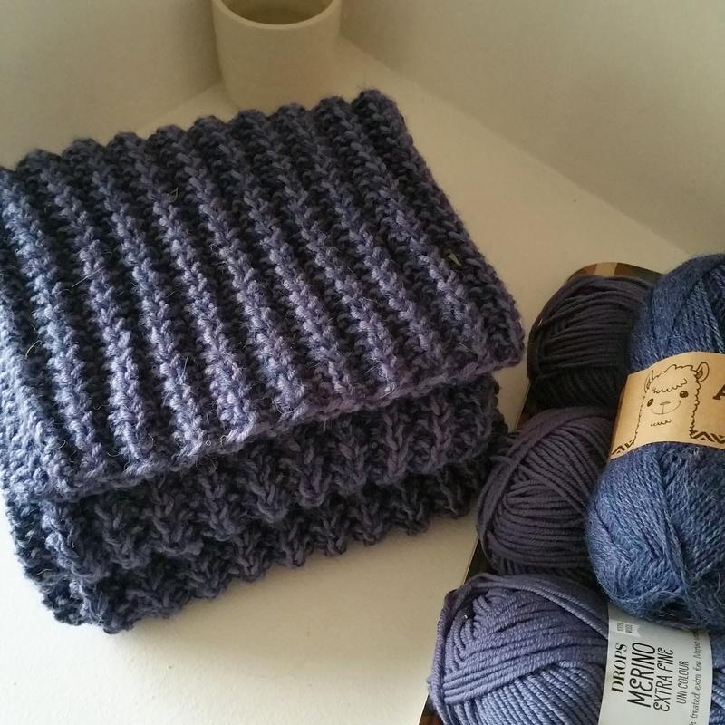 La grande, longue et chaude écharpe bleue, n était pas sous le sapin… Elle  n était pas si longue à faire pourtant, car avec 45 mailles tricotées et  des ... 099c63a64d5
